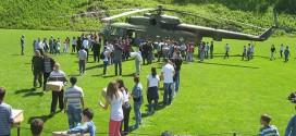 VAZDUHOPLOVCI DOPREMILI POMOĆ: Pun helikopter hrane, vode, higijenskih sredstava i – prijateljstva