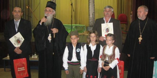 Владика Милутин одликовао Граматама школе из Осечине и Пецке