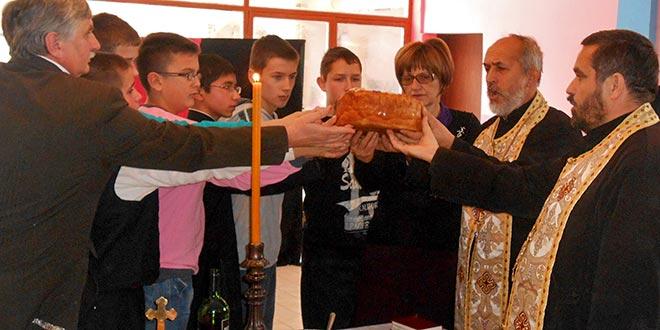 Школарци и верници обележили Савиндан